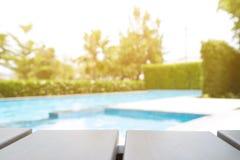 Perspektywiczny drewniany stół na wierzchołku nad abstrakcjonistycznym plamy tłem, c fotografia royalty free