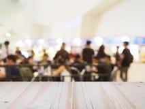Perspektywiczny drewno i zamazujący karmowy sąd z tłumów ludźmi Zdjęcie Stock