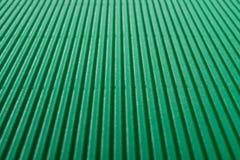 Perspektywiczny widok karton gofrował deseniowego tło przy zielenią Fotografia Royalty Free