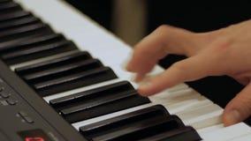 Perspektywiczny widok m?skie pianista r?ki naciska klucze zdjęcie wideo