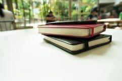 Perspektywiczny widok podręcznik książka na bielu stole Zdjęcia Stock