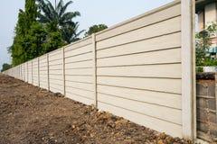 Perspektywiczny widok precast panel betonowa ściana na świeżym parterze, prefabrykująca cement mieszanki ściana nad drzewa tłem zdjęcie royalty free