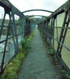 Perspektywiczny widok stary rdzewieje kolejowy footbridge w Halifax Obraz Stock