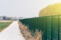 Perspektywiczny widok zielony matallic ogrodzenie Fotografia Stock