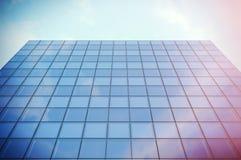 Perspektywy i spodu kąta widoku drapacza chmur nowożytna dzielnica biznesu w dniu zaświeca Błękitna drapacz chmur fasada, biuro Obrazy Royalty Free