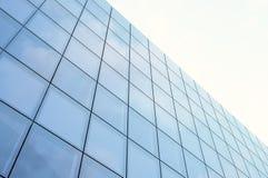 Perspektywy i spodu kąta widoku drapacza chmur nowożytna dzielnica biznesu w dniu zaświeca Błękitna drapacz chmur fasada, biuro Obraz Stock
