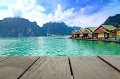 Perspektywy scenerii i drewna tarasowy zielony ocean Fotografia Royalty Free