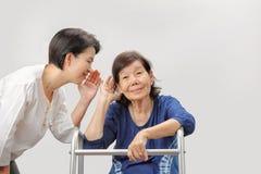 Perte d'audition asiatique de femme d'aînés photo stock
