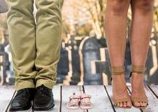 Perte d'une peine d'enfant pour la mère et le père dans le cimetière Photos libres de droits