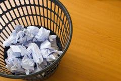 Perte de papier de bac à ordures Photographie stock