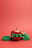 Perte de poids amincissant la pomme de concept de régime et le tapemeasure - verticale. Photo stock