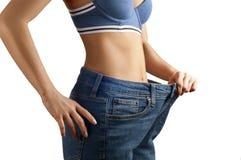 Perte de poids, concept de régime Amincissez le femme dans le grand pantalon Images stock