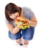 Perte de poids de fille sur des échelles. photographie stock