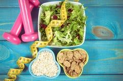 perte de poids et concept de detox Suivez un régime le plan, le ruban métrique, les haltères et la nourriture de régime sur le fo Image libre de droits