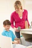 Perte de Recyling de mère et de fils à la maison images stock