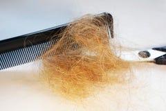 Perte des cheveux et peigne, ciseaux Images stock