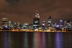 Perth alla notte attraverso il fiume del cigno fotografie stock libere da diritti