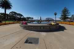 PERTH, AUSTRALIEN, AUGUST, 18 2015 Menschen am Weltkriegdenkmal Lizenzfreies Stockbild