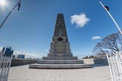 PERTH, AUSTRALIEN, AUGUST, 18 2015 Menschen am Weltkriegdenkmal Lizenzfreie Stockbilder