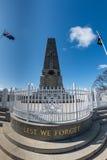 PERTH, AUSTRALIEN, AUGUST, 18 2015 Menschen am Weltkriegdenkmal Stockbilder
