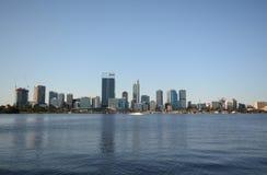 Perth Australien från över breda flodmynningen Fotografering för Bildbyråer