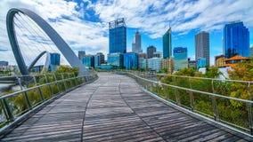 Perth, Australien - 18. Oktober 2018: Elizabeth-Kaibrücke und Skyline von Perth lizenzfreies stockbild