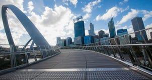Perth horisont från Elizabeth Quay Bridge arkivfoto