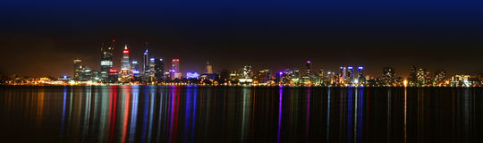 Perth horisont på natten Arkivfoton