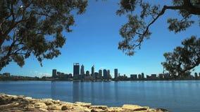Perth linia horyzontu obramiający gumowymi drzewami zdjęcie wideo