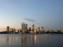 Perth miasta linia horyzontu i łabędź rzeka przy półmrokiem fotografia royalty free