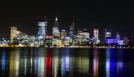 Perth-Skyline nachts Lizenzfreie Stockbilder