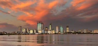 Perth-Skyline vor stormcloud Lizenzfreie Stockbilder