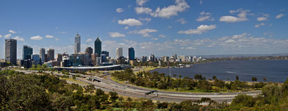 Perth-Skylinepanorama lizenzfreie stockbilder