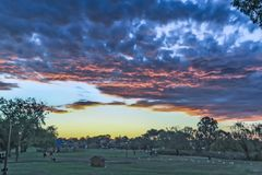Perth - 2011: Solnedgången på parkerar med mörka moln arkivbild
