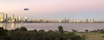 Perth stadshorisont med den australiska flaggan royaltyfri fotografi