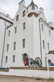 Perthshire, Reino Unido - 20 de agosto de 2016: Um representante do exército que joga gaitas de fole no castelo de Blair Atholl foto de stock royalty free
