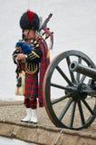 Perthshire, Reino Unido - 20 de agosto de 2016: Um representante do exército que joga gaitas de fole no castelo de Blair Atholl fotografia de stock royalty free