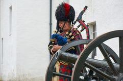 Perthshire, Reino Unido - 20 de agosto de 2016: Um representante do exército que joga gaitas de fole no castelo de Blair Atholl imagem de stock