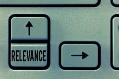 Pertinence des textes d'écriture Signification de concept étant l'information importante appropriée étroitement reliée images stock