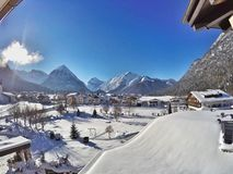 Pertisau-Dorf in den Alpen in Tirol, Österreich Stockbilder