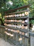 Perto acima das chapas de desejo de madeira pequenas do Ema no santuário de Yasaka, Kyoto foto de stock royalty free
