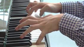 Perto acima mãos dos homens que jogam no piano filme