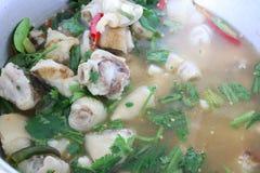 Perto acima, pé da carne de porco de Tom Yum, alimento tailandês picante, pimentões e ervas vegetais para a saúde imagem de stock royalty free
