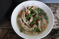 Perto acima, Tom Yum, pé de galinha, alimento tailandês picante, ervas no copo, o fundo de madeira velho fotografia de stock royalty free
