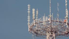 PERTO ACIMA: Torre da telecomunicação de Frozed no fundo escuro do céu video estoque