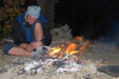 Perto da fogueira da noite Fotografia de Stock Royalty Free