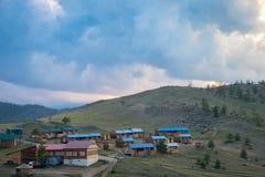 Perto da opinião do por do sol na vila no Lago Baikal foto de stock royalty free