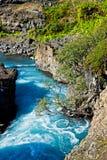 Perto das cachoeiras de Hraunfossar em Islândia Imagem de Stock