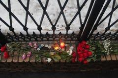 Perto do escritório de RPR-Parnassus os povos trazem flores na memória de Boris Nemtsov falecido Fotos de Stock Royalty Free