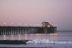 Perto do oceano, cais de CA no crepúsculo fotografia de stock